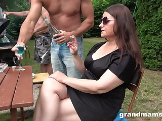 Chubby slut in sunglasses is storm-tossed fucked by two dudes during picnic