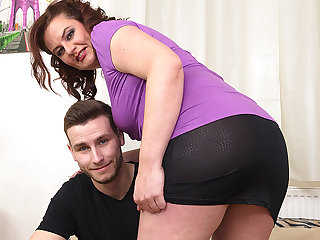 Curvy Housewife Fucking With Her Bauble Boy - MatureNL