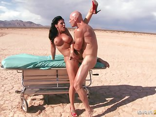 Outdoors shagging in the desert ends with a facial for Rachel Starr